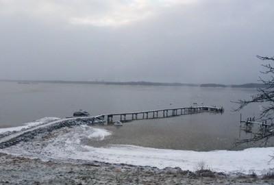 vinter på lantstället, grått och snöigt