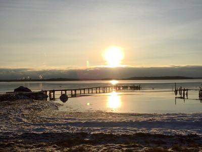 Vinter på lantstället, hav och brygga