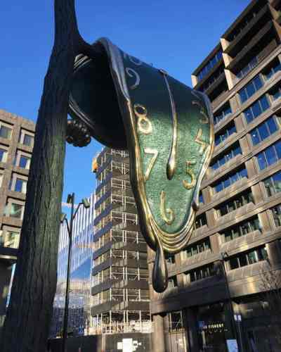 Salvador Dalís smältande klocka på grenklyka, staty i brons i Stockholm
