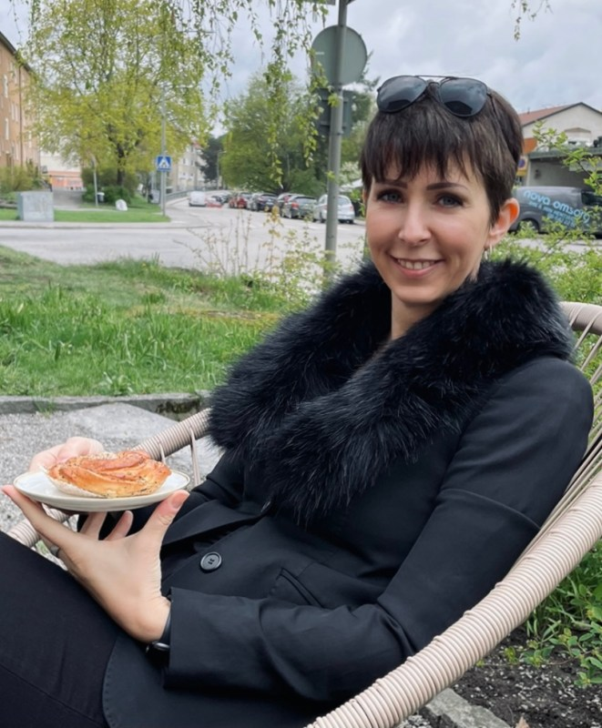 Klara Schmidtz fikar på Santa Fe i Kärrtorp. Utefika med vänner under pandemin.