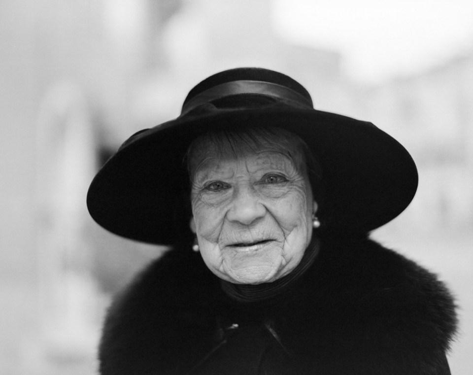 Portrait Inconnue #1 - La dame au chapeau noir Pentax 6x7 - Kodak TriX 400