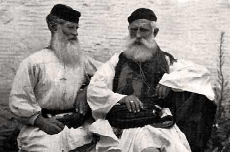 Τριπολιτσιώτες προύχοντες με εθνική ενδυμασία. Φωτογραφία Nelly's περίπου το 1930.