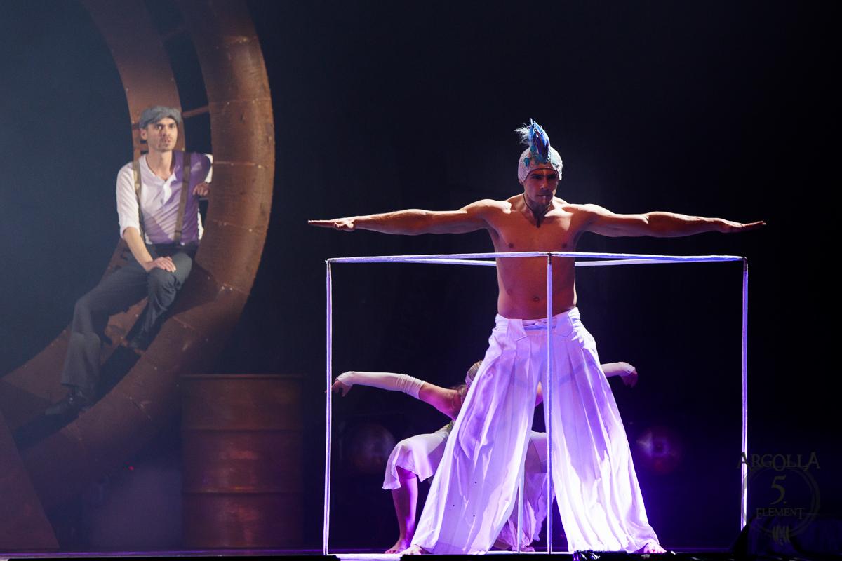 Acrobat in Cube - Cube Juggling Act - Argolla