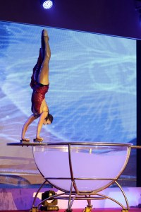 acrobat in handbalance pose - water bowl show - Argolla corporate entertainment