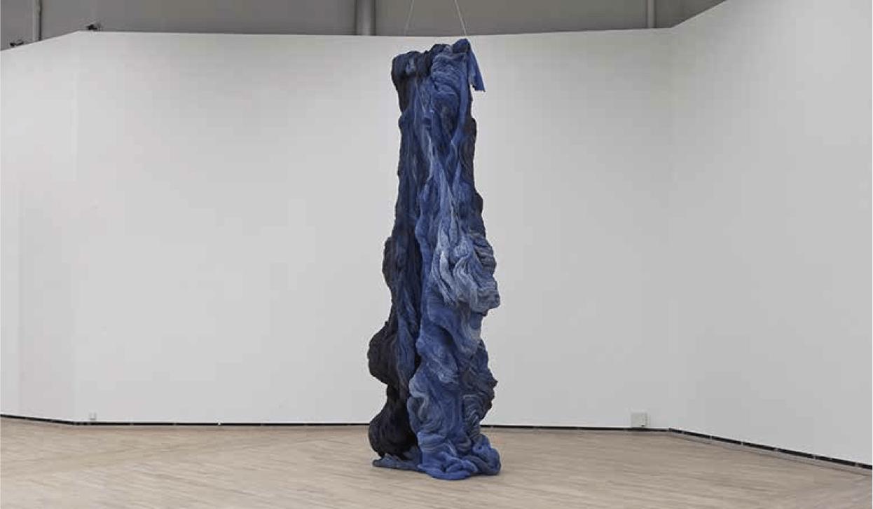 Hanne Friis' skulptur Nyanser i blått og svart.