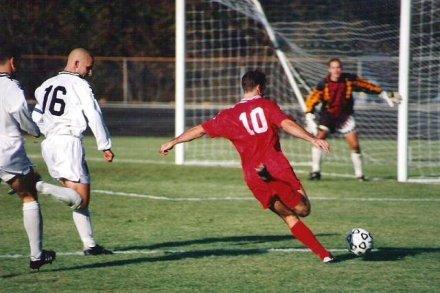 En fotballspiller står klart til å ta et straffespark.