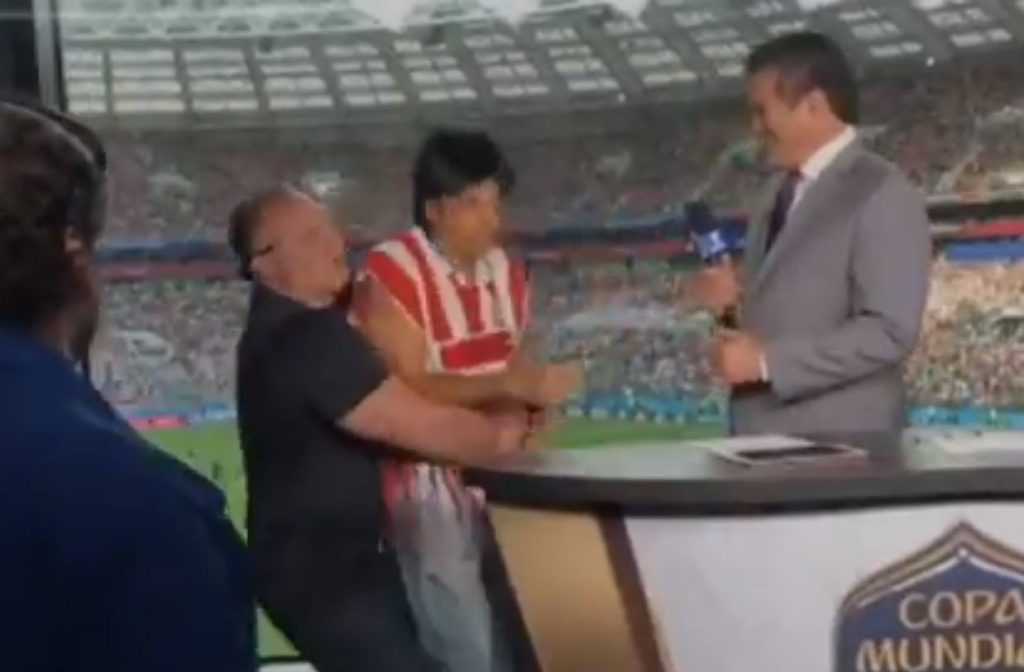 Sacan a Eugenio Derbez del estadio en Rusia tras interrumpir un programa de televisión