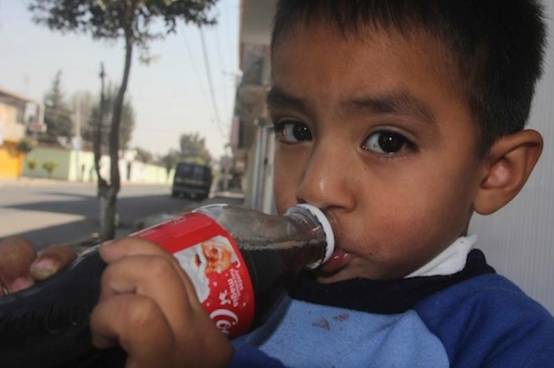 Los médicos piden a padres de familia no dar Coca Cola a sus hijos.