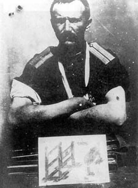 Капитан Федоров со следами пыток на руках. На левой руке след от пулевого ранения, полученного во время пыток. В последнюю минуту сумел бежать из-под расстрела. Внизу фотографии орудия пыток, изображенные Федоровым