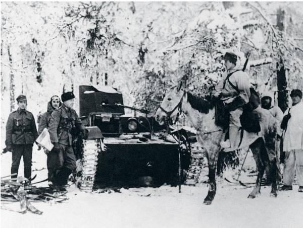 У захваченного советского танка. Финляндия, Восточный фронт, январь 1940 г. В первый месяц войны СССР потерял более 300 танков