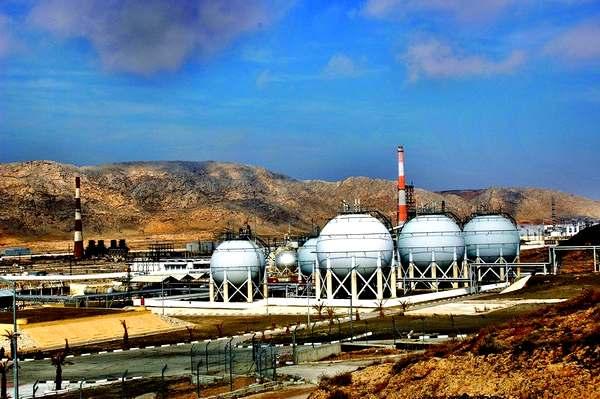 Туркменбашинский нефтеперерабатывающий завод и нефтехранилища.
