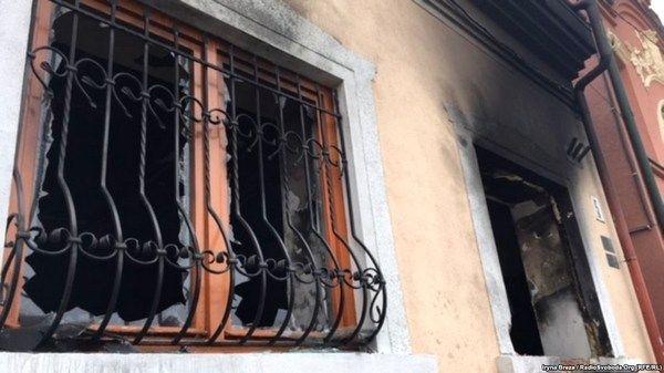 Фото:  Последствия второго поджога Венгерского культурного центра, произошедшего