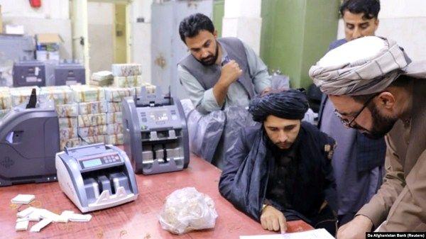 Фото:  Талибы пересчитывают валюту и запасы золота, доставшиеся им в Центтробанк