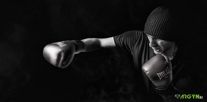 Тренирующийся боксер