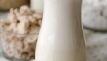 jarra de vidro com leite de amendoa caseiro
