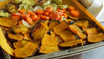 assadeira com legumes assados (abobora, abobrinha, cebola e cenoura) feitos em uma unica assadeira