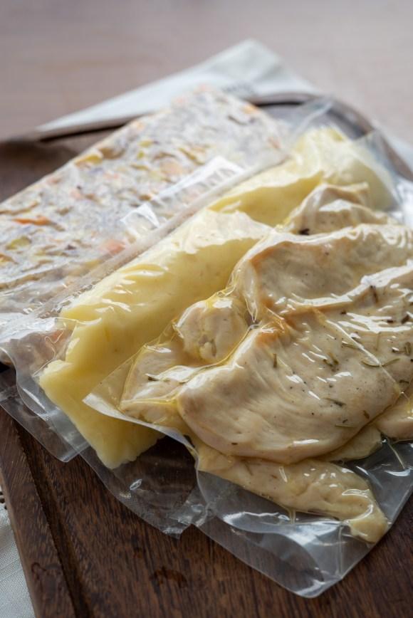 como congelar a marmita da semana - arroz colorido, pure de batatas e frango com molho vermelho
