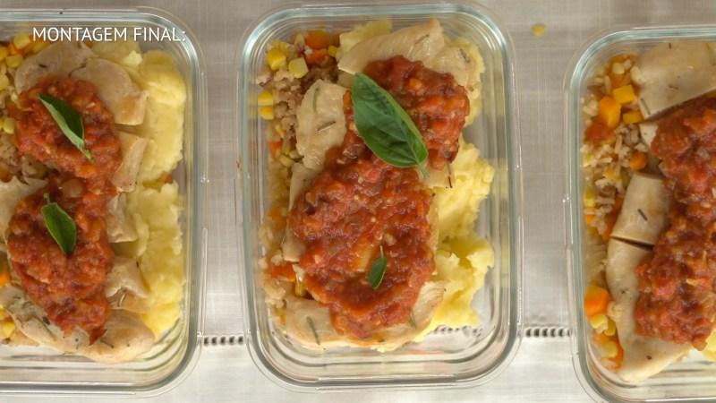 marmita para a semana, arroz colorido, pure de batata, filé de frango e tomate assado