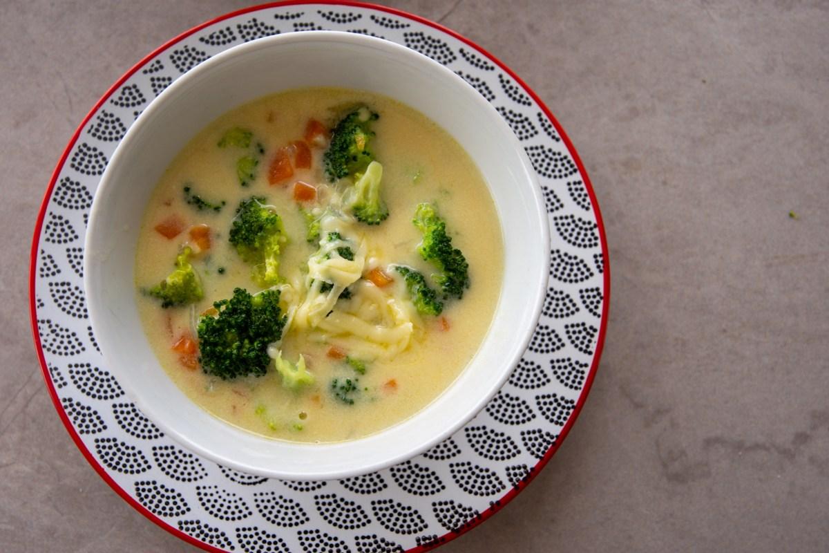 Receita de sopa de brócolis com queijo cremoso