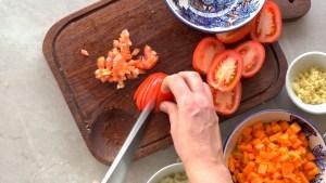tomate em cubinhos para a sopa de lentilhas