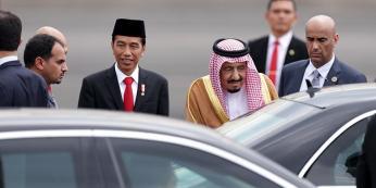 Raja Arab Saudi Salman bin Abdulaziz al-Saud disambut Presiden Republik Indonesia, Joko Widodo di landasan pacu VVIP Bandara Halim Perdanakusuma, Jakarta, Rabu (1/3/2017). Kunjungan Raja Salman ke Indonesia kali ini setelah 47 tahun lalu dalam rangka kerja sama bilateral Indonesia - Arab Saudi.