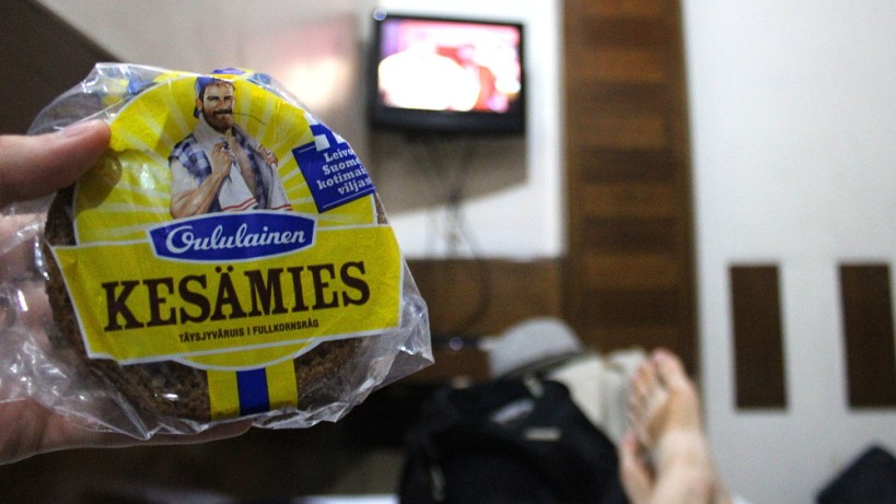 Oululainen Reissumies (Kesämies) rye bread package in a hostel room in India / Paketti Oululainen Reissumies (Kesämies) ruisleipää intialaisessa hostellihuoneessa.