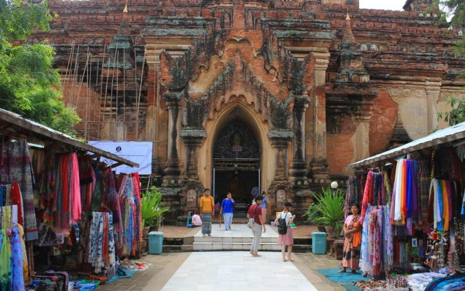 The most popular temples are extremely touristy, with plenty of vendors selling their products.