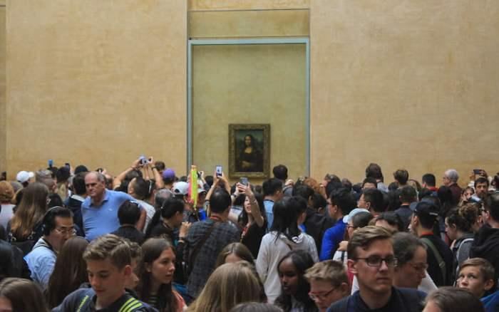 Tourist crowds around Mona Lisa, Louvre