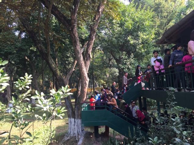 Antrian Melihat Rumah Presiden Ho Chi Min