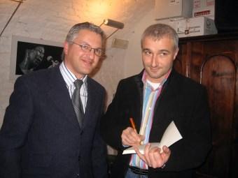 Marco Di Giaimo e Giuseppe Bono autografano una copia del romanzo