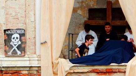 Gli intrepidi esploratori scoprono il Prete Seduto e la misteriosa salma coperta da un lenzuolo