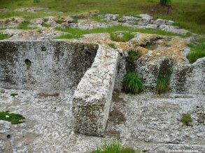 Θεμέλια και τοίχοι σπιτιών σκαμμένα στο φυσικό βράχο της Πνύκας.