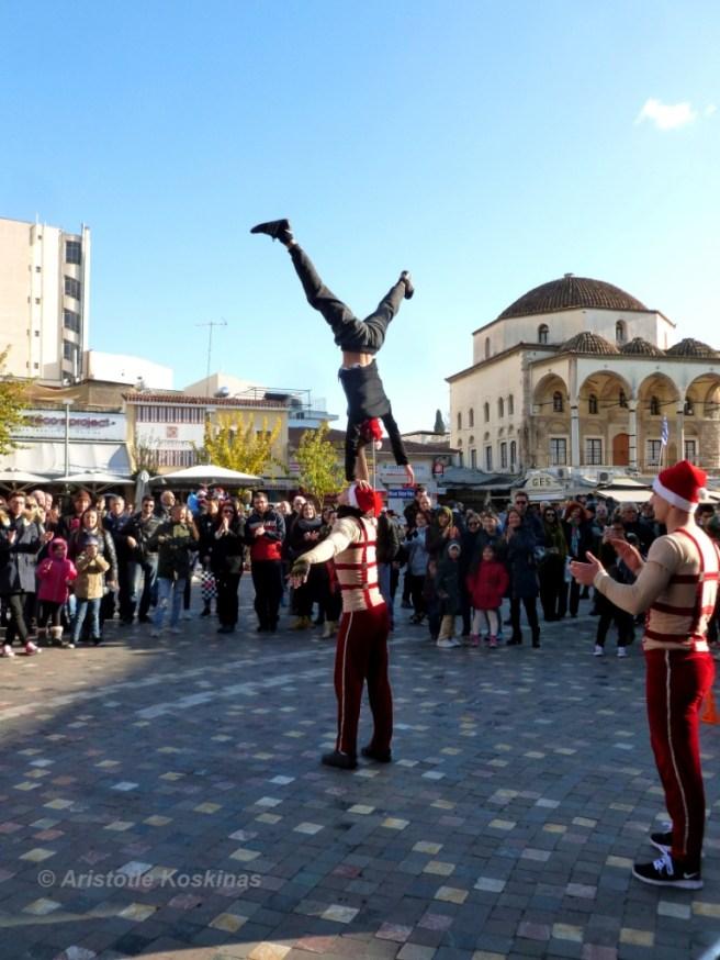 christmas-crowds-acrobats-athens-2016