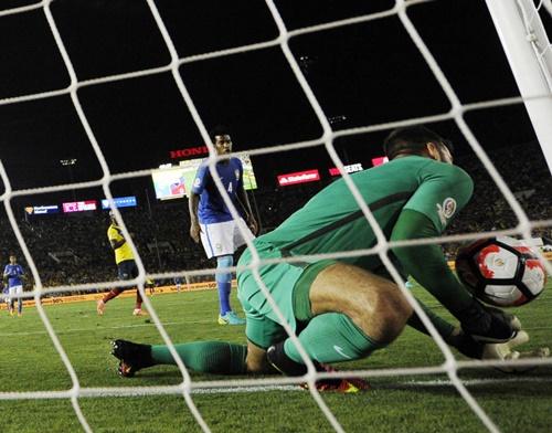 Alisson foi salvo pelo árbitro e teve um frango anulado de forma equivocada (Foto: Kevork Djansezian/Getty Images/AFP)