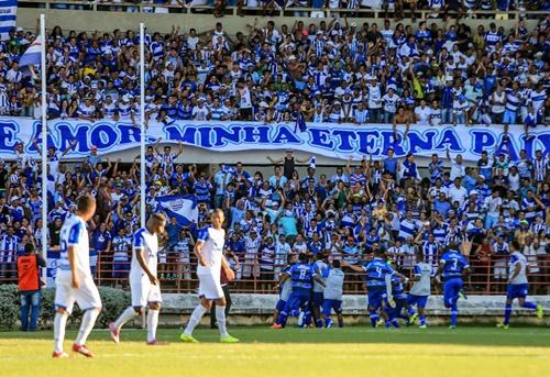 Os jogadores azulinos comemoram uma vitória que colocou o CSA na próxima etapa da Série DS (Foto: AILTON CRUZ)