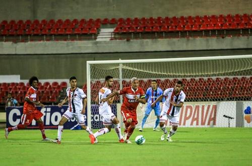 Roger Gaúcho foi um dos destaques do CRB na boa vitória diante do Oeste/SP (Foto: AILTON CRUZ)