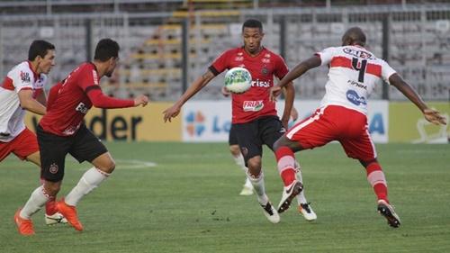 Não deu para o CRB 'segurar' o Pelotas na noite de ontem quando foi derrotado por 1 x 0 (Foto: GloboEspoirte/Pelotas/RS)