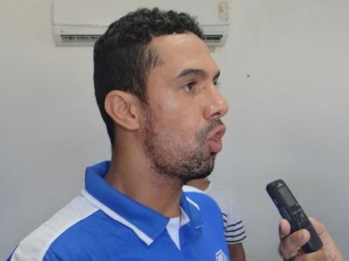 Com um problema muscular, Douglas deverá ser poupado do jogo desta quarta, em Coruriepe, contra o 'Hulk' (Foto: GloboEsporte/AL)