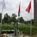 m DSC_3551 bloemen bij het monument met vlaggen
