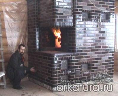 Русская печь из глазурованного коричневого кирпича