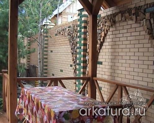 Декоративные вставки в заборе из зелённого глазурованного кирпича