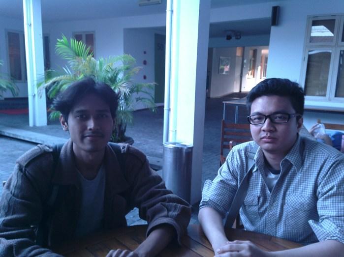 Benny (kiri) dan Galang (kanan), dua mahasiswa Universitas Bakrie yang datang menyaksikan filem karya Kluge.