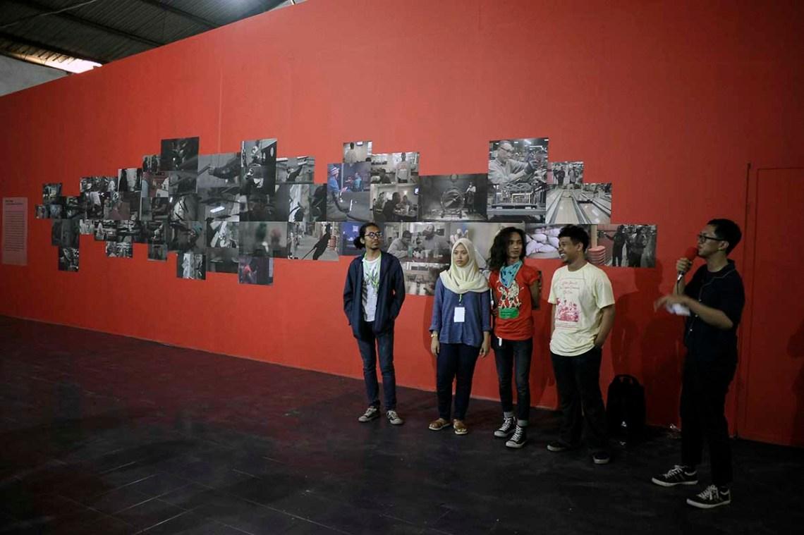 Tim produksi program pameran. Dari kiri ke kanan: Afrian Purnama, Viandira, dan Rachmadi. / Production team of the exhibition.