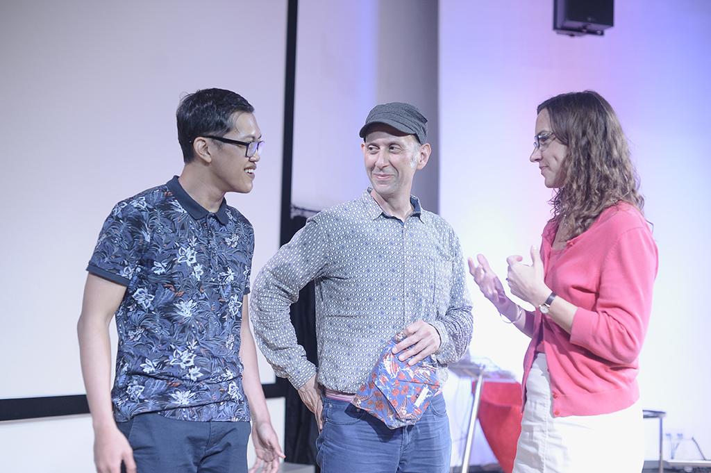 Yuki Aditya dan Scott Miller Berry berbincang dengan Karen Schinnerer, Direktur @America. / Yuki Aditya and Scott Miller Berry wa discussing with Karen Schinnerer, Direcotr of @America.