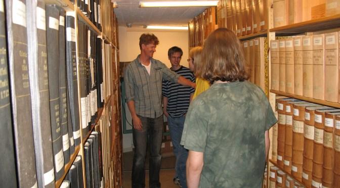 Bild från våra magasin, arkivpedagogen tillsammans med en grupp på studiebesök