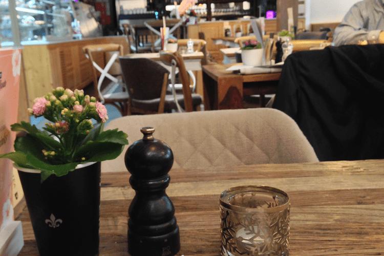 ein Tisch im Café