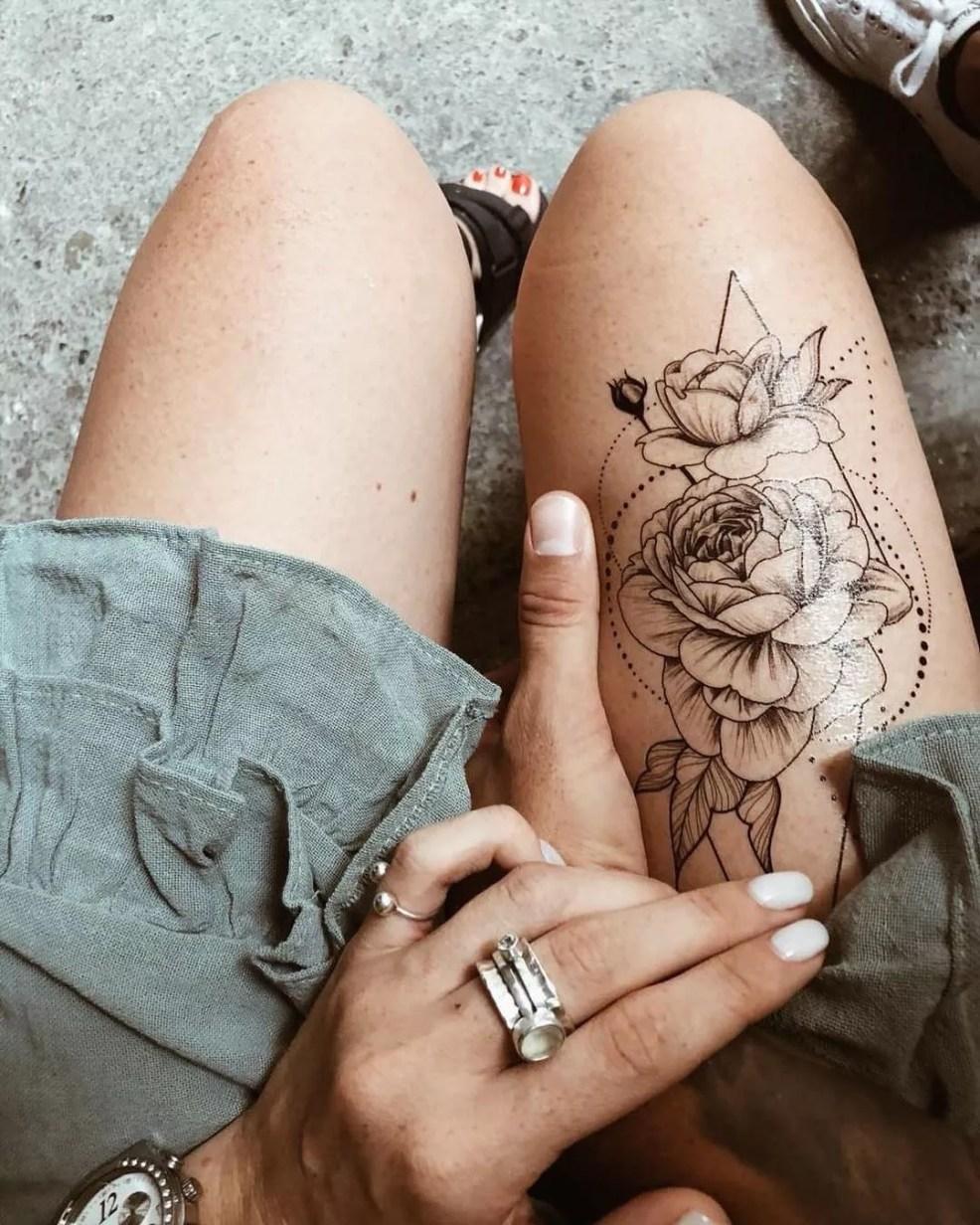 временная татуировка розы в геометрии черно белая