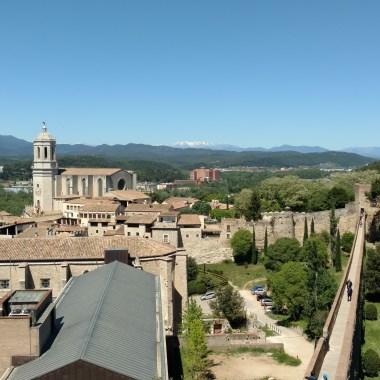 La muralla y Girona de fondo