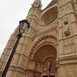 La Catedral de Palma es realmente impresionante, tan grande que cuesta fotografiarla completa.