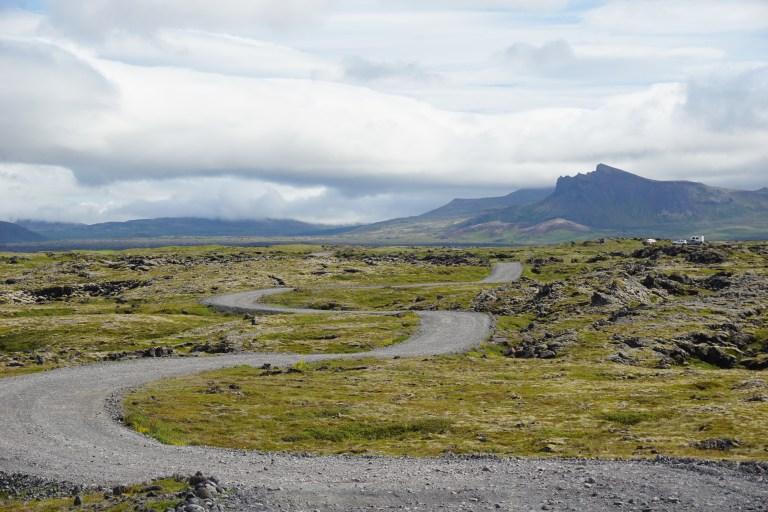 Postal del Parque Nacional Snæfellsjökull y las formaciones volcánicas típicas al noroeste de la ruta por Islandia.